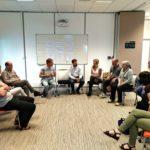 groupe de personnes assises en cercle